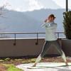 Frau macht Yoga auf der Terasse
