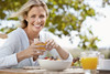 Reife Frau trinkt Orangensaft