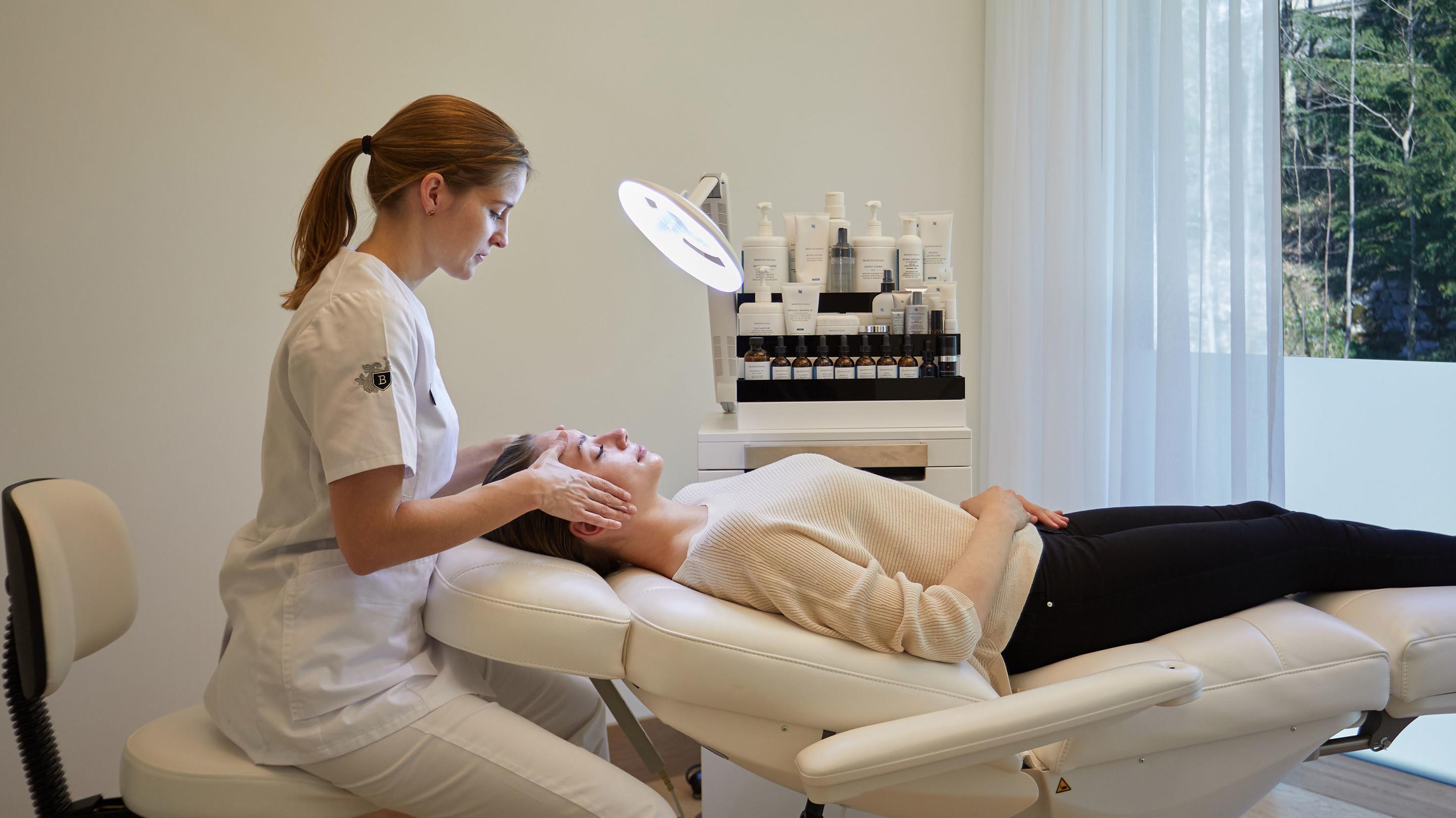 Dermatologische Behandlung einer Frau