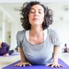 Patientin macht Yogaübung