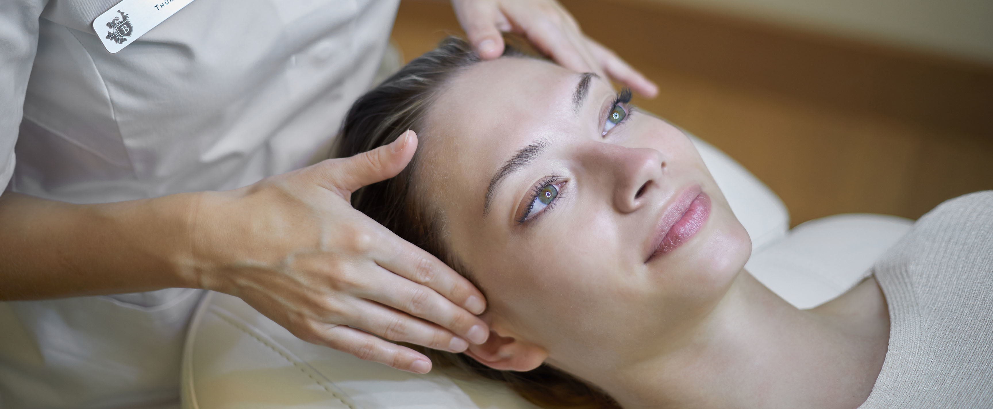 Frau bekommt craniosacrale Behandlung