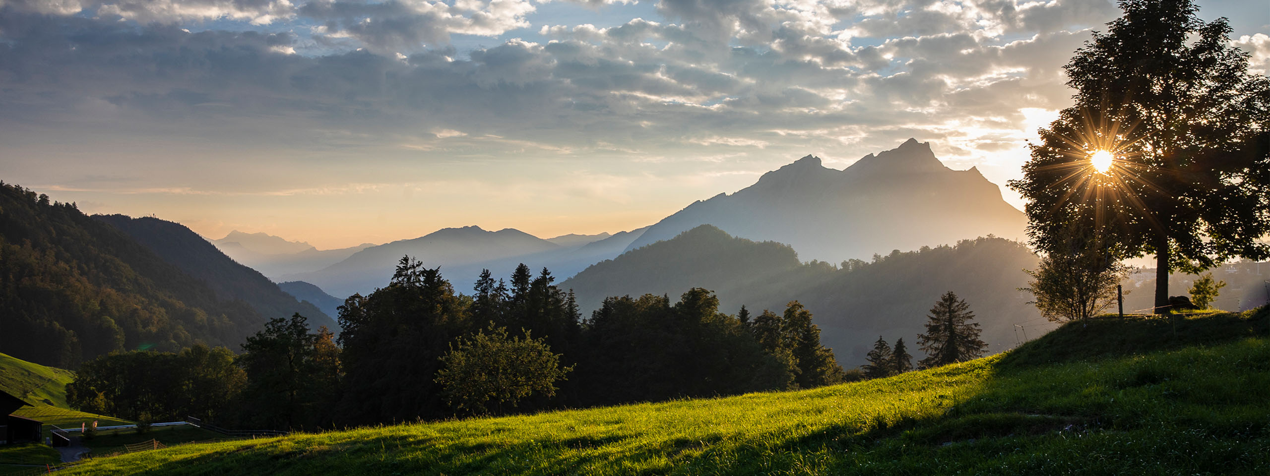 Paar wandert in Schweizer Alpen