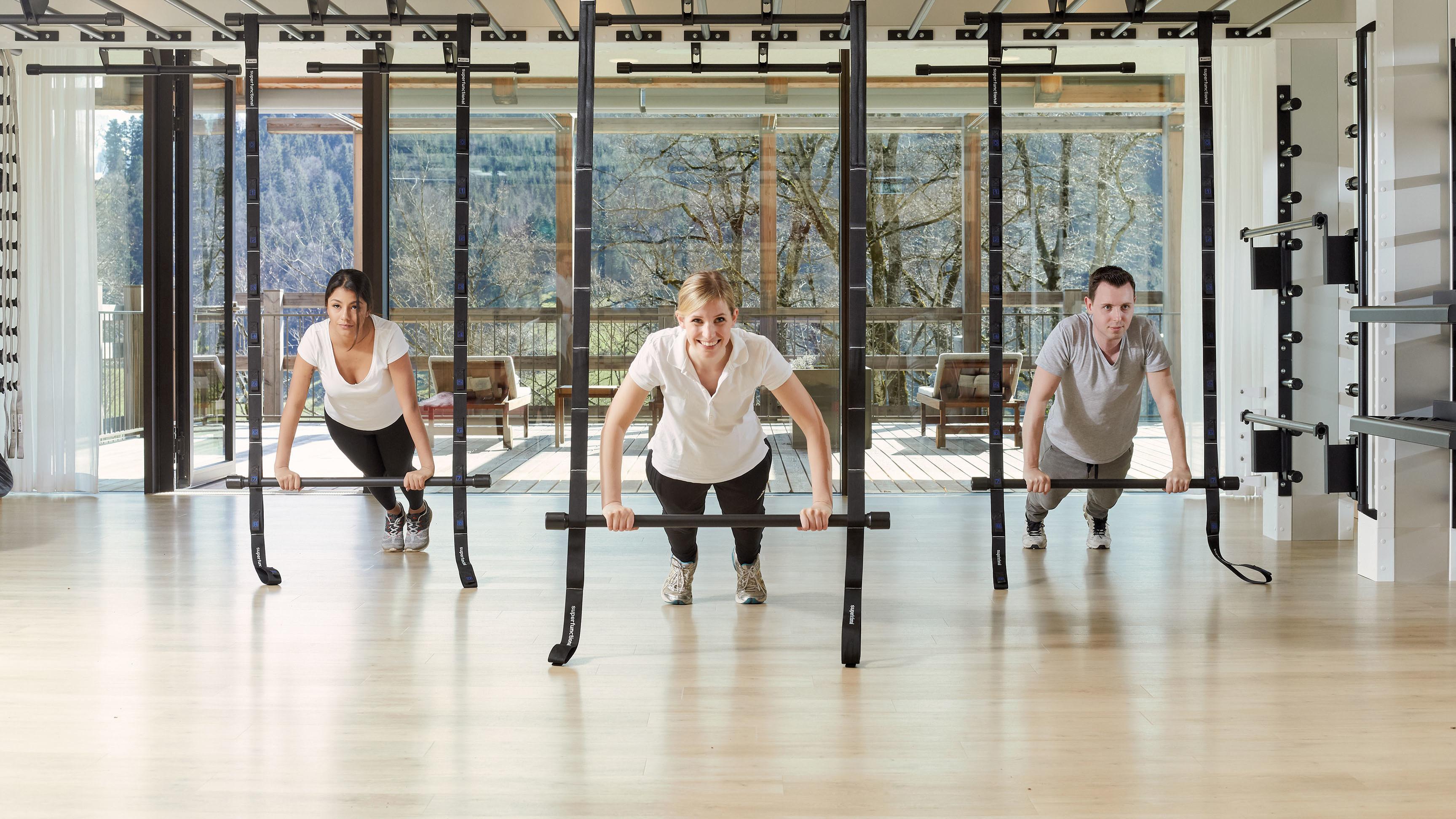 3 Menschen beim Sport im Fitnesscenter